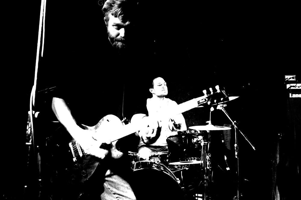 Gitarlærer og daglig leder for Feedback Studios Stig Blindheim-Hansen i aksjon med bandet MMY, i bakgrunnen trommeslager Marius Mathisen