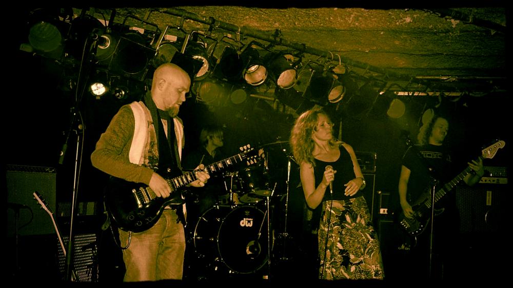 My Misspent Youth: Gitarlærer ved Feedback Studios Stig Blindheim-Hansen, Vokalist Halldis Madsen, bassist Finn Solemsdal og trommis Markus Scholz spiller på Garage i 2007
