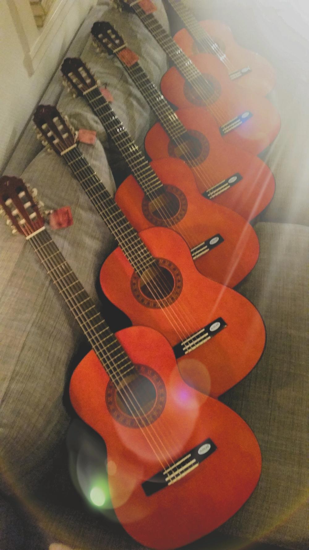 6 nylonstreng gitarer klare for å bli leid ut til nye håpefulle elever