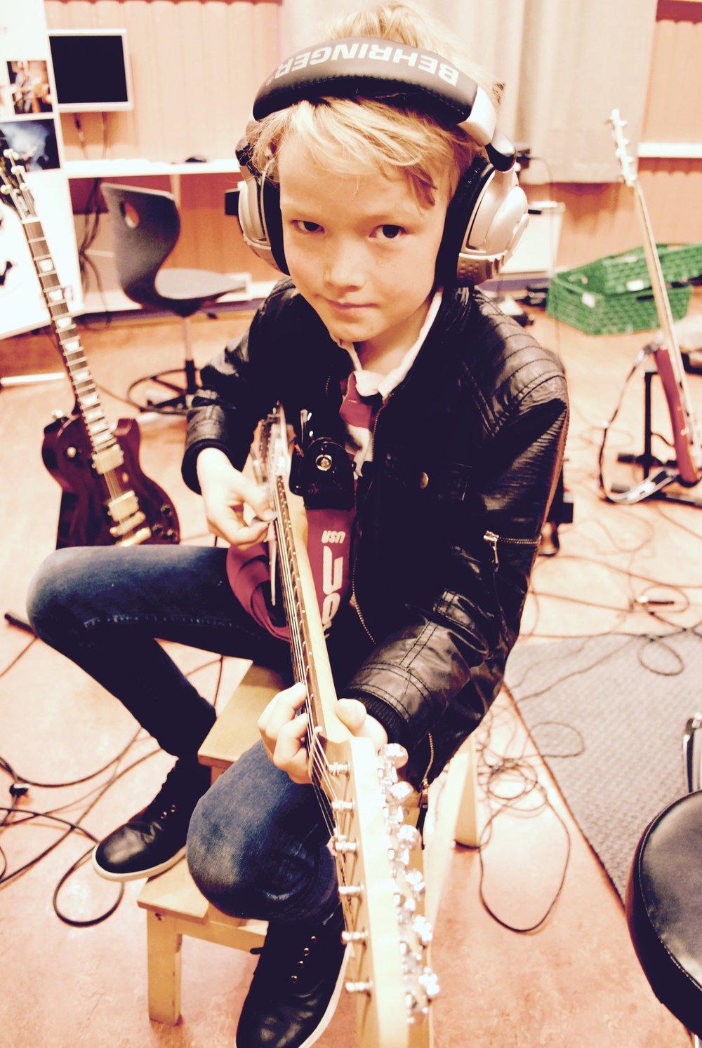 Feedback Studios - Her har du mulighet til å bli bedre på instrumentet ditt, helt privat med lærer,vi har også ett flott musikkmiljø om du skulle ønske å ta steget til å ta ett kurs, samspill eller ett av våre spesialkurs.