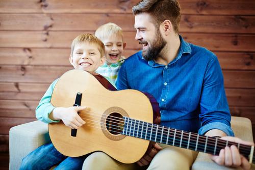 Lyst å kunne bruke musikk mer i barnehagen? - Feedback Studios har drevet med gitarkurs for barnahageansatte siden 2008,