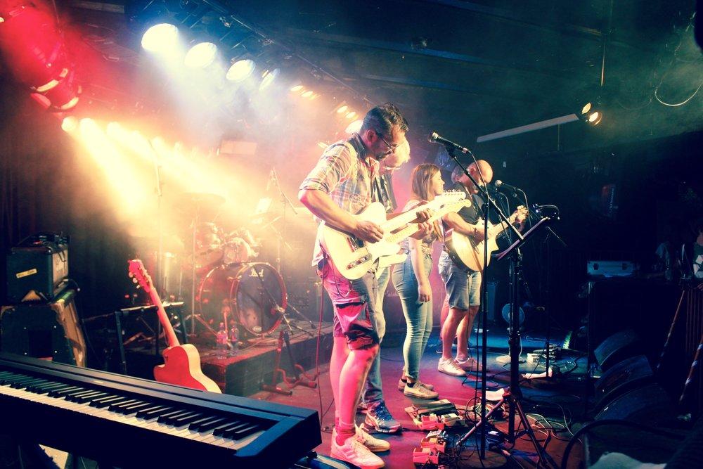 Spille i Band - Lev ut drømmen, spill på en scene og høst applausen!