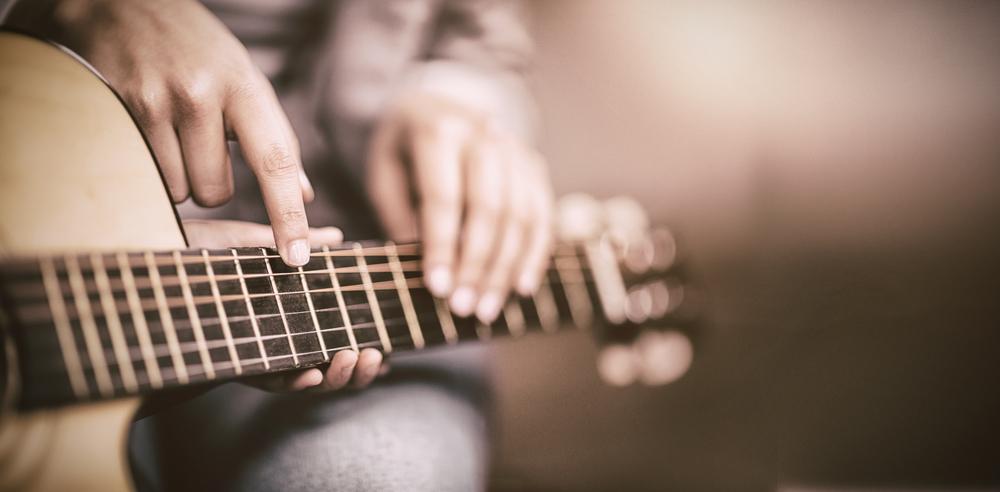 Gitarkurs - Å gå på gitarkurs er sosialt og gøy, en får oppleve mestring ved å lære seg ett instrument og lære seg verdien av øving og samspill.