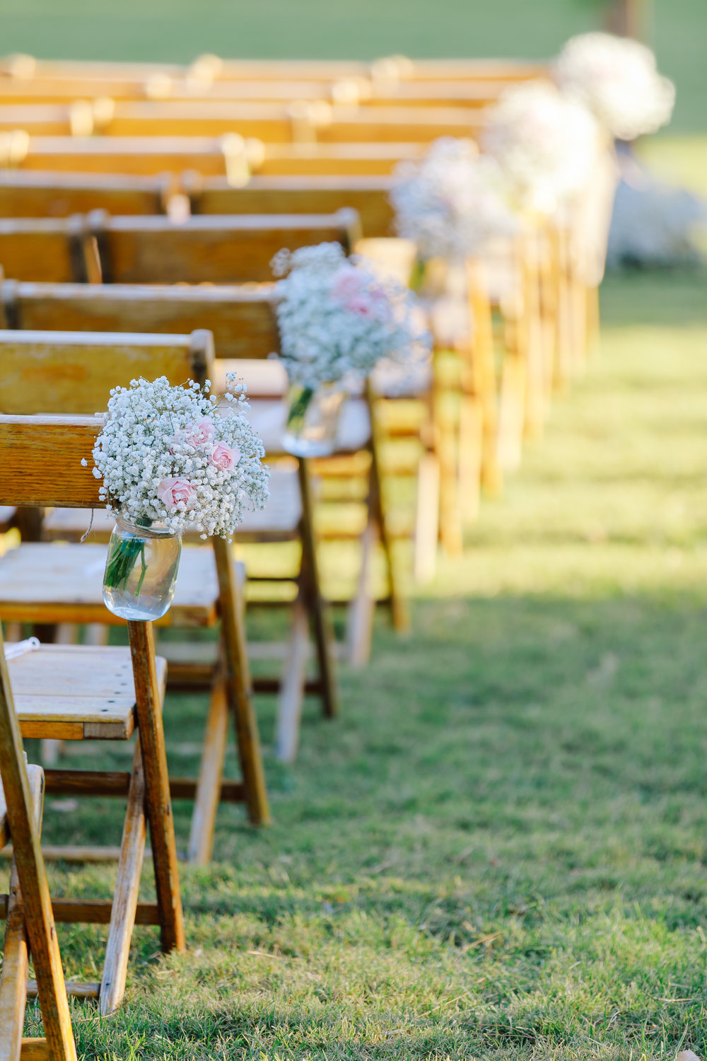 aisle with babys breath in jars.jpg