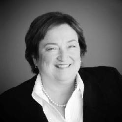Sue Connor - Burlington Transit - Présidente du CRITUCAprès avoir fréquenté la York University, Sue Connor a commencé sa carrière en 1976 à Poste Canada, grimpant rapidement les échelons de nombreux postes de gestion dans ces douze premières années au sein de l'organisme. En 1988, elle a fait le saut dans l'industrie du transport en commun occupant plusieurs postes au sein du département des opérations à la Mississauga Transit. Pour finalement diriger le département des opérations. Sue a été la directrice générale pour le Brampton Transit de 2003 à 2017. Brampton est la 9e plus grande ville au Canada. Pour la Brampton Transit elle était responsable d'une équipe de plus de 1000 employés et gérait un budget de plusieurs millions de dollars dans l'une des municipalités avec la croissance la plus rapide au Canada. Actuellement, Sue est la directrice du Burlington Transit. Elle est également la présidente de l'Association canadienne du transport urbain (ACTU).