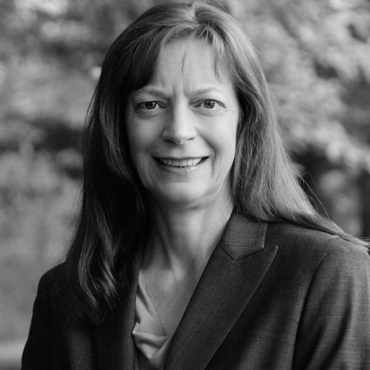SHANNA KNIGHTS - BALLARD - Mme Shanna Knights, ing., M.A.Sc, est directrice de la recherche chez Ballard Power Systems, un chef de file mondial dans le développement, la fabrication, la vente et l'entretien des piles à combustible à hydrogène PEM. Depuis son arrivée à Ballard en 1995, ses domaines de recherche sur les piles à combustible sont la durabilité, la fiabilité, la performance et le comportement opérationnel. Elle est responsable des activités de recherche internes et de la collaboration avec les universités, les instituts de recherche et l'industrie, en mettant l'accent sur l'amélioration du coût, de la durabilité et de la fonctionnalité des piles à combustible. Elle guide la recherche universitaire, gouvernementale et industrielle sur les piles à combustible au Canada et à l'étranger en faisant partie de conseils consultatifs et de comités directeurs. Mme Knights est une conférencière invitée à de multiples conférences internationales. Elle est auteure de nombreuses publications scientifiques et de trois chapitres de livres. Elle détient 13 brevets et plusieurs autres en attente. En 2017, elle a reçu le prix le plus prestigieux de l'Association of Engineering de la Colombie-Britannique, le prix commémoratif R.A. McLachlan, pour ses contributions techniques et son leadership professionnel, combinés au service professionnel et communautaire. Les solutions d'énergie propre de Ballard apportent des propositions de valeur attrayantes aux utilisateurs sur plusieurs marchés: applications de transport, y compris les véhicules lourds et moyens tels que les autobus, les camionnettes et camions commerciaux, les trains et les véhicules légers, y compris la manutention l'équipement, les essais de voitures de consommation et les véhicules aériens sans pilote, ainsi que l'alimentation de secours des infrastructures fixes et critiques. Nous travaillons à accélérer l'adoption de la technologie des piles à combustible, engagés dans la mobilité durable et la qualité de l'ai