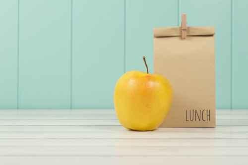 Debe cubrir entre el 10 y el 15%del requerimiento calórico diario. No debe sustituir ni el desayuno ni la comida.