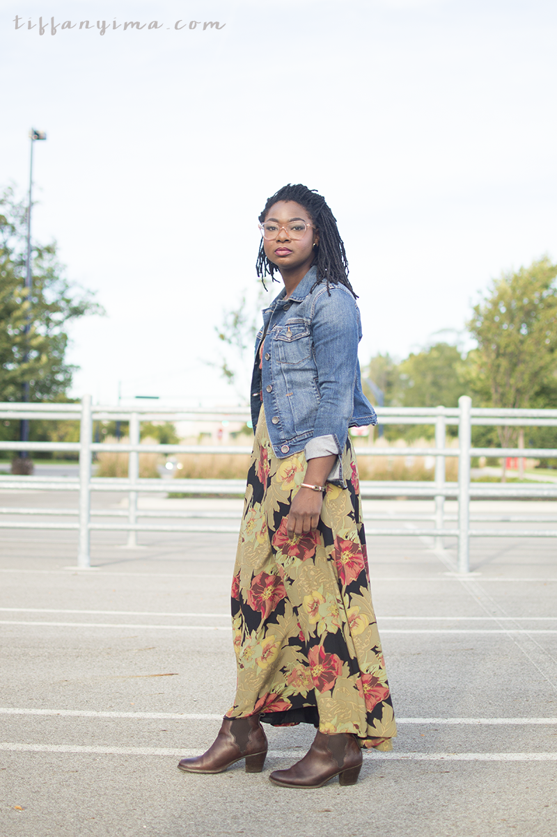 Pair your favorite maxi dress with simple denim jacket and heeled booties to instantly transform the look into a perfect fall outfit. Click through for more inspiration.