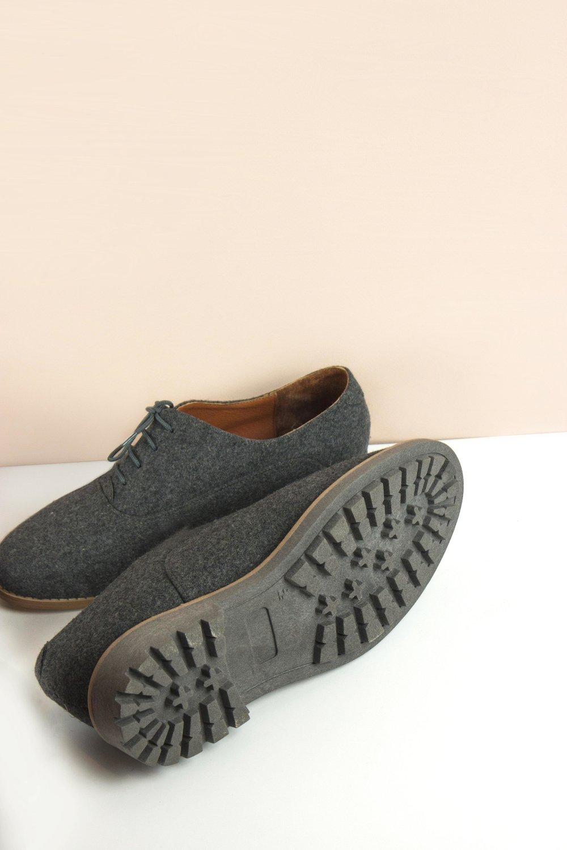 Nuestro modelo Grava, - uno de los consentidos de la casa, es creado a partir de lana suave y jaspeada.El material viste por completo al modelo. Y aunque pueda parecer una oda a la comodidad de los calcetines, la resistencia continua siendo la característica de nuestros zapatos. Su interior se reviste en piel de la más alta calidad. A la lana se le da un ligero recubrimiento con teflón, previniendo así al material de las inclemencias del tiempo tales como agua o polvo.