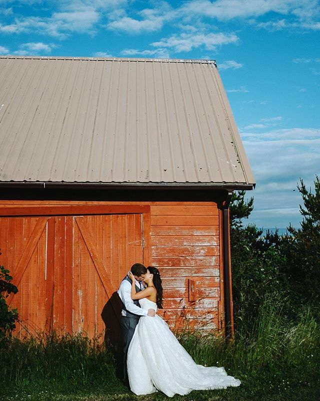 Blue skies + red barns = 👌🏻 .⠀ .⠀ .⠀ #captus #captusphotography #captusweddings #pnwedding #seattlephotographer #seattlephotography #pnwisbest #barnwedding  #weddingphotography #fuji #pnwlife #lookslikefilm #seattlebride #pnwwedding #washingtonwedding #lovelysquares #fujifilm #nwweddings #pnwphotography #bride #pnwcollective #collectivelycreative #pursuepretty #weddingdetails  #whidbeyisland #outdoors #whidbeyislandwedding #seattlewedding #weddinginspiration