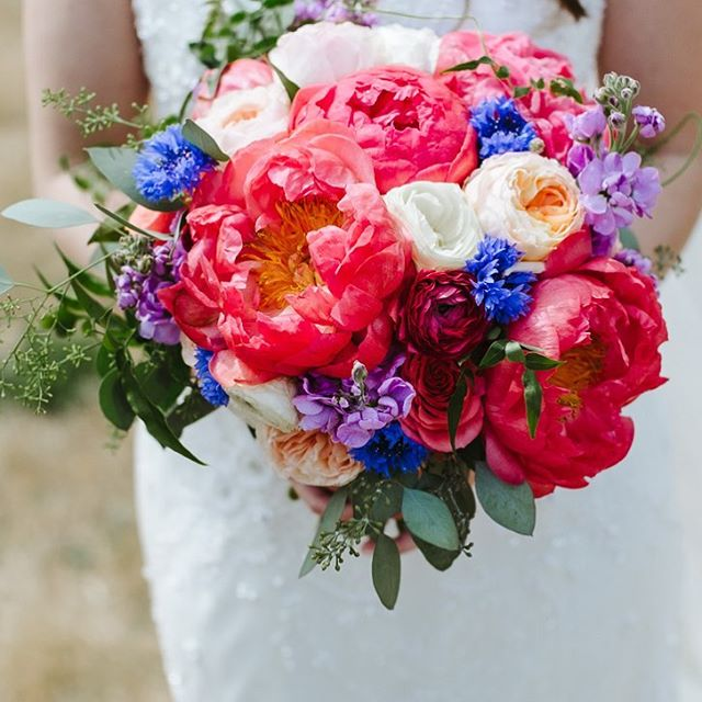 All of these colors are gorgeous! . . . #flowersofinstagram #captusphotography #captusweddings #pnwedding #weddingflowers #weddingday #weddingphotography #weddingdetails #pnwlife #lovelysquares #soloverly #fujifilm #fujiwedding #floral #pnwcollective #weddingboquet #brideandgroom #collectivelycreative #pursuepretty #weddinginspirationoftheday #details #livethelittlethings  #seattlewedding #seattlephotographer #itsinthedetail  #vscowedding #bridal #bridaldetails #weddingflorals #weddingfloral