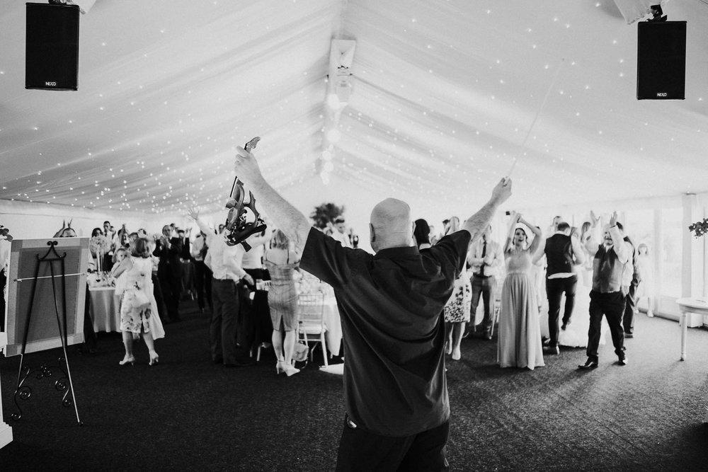 wedding-meal-violinist