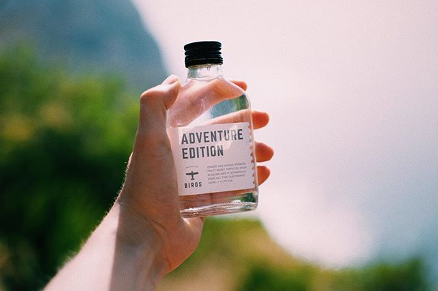 For every weekend adventure in your pocket ✌️🔥🍹🌴 #wearebirds . . . . . #birds #journey #wanderlust #travel #adventureedition #birdsadventure #love #no #gin #tonic #german #mule #flachmann #bottle #bar #plane #handcrafted