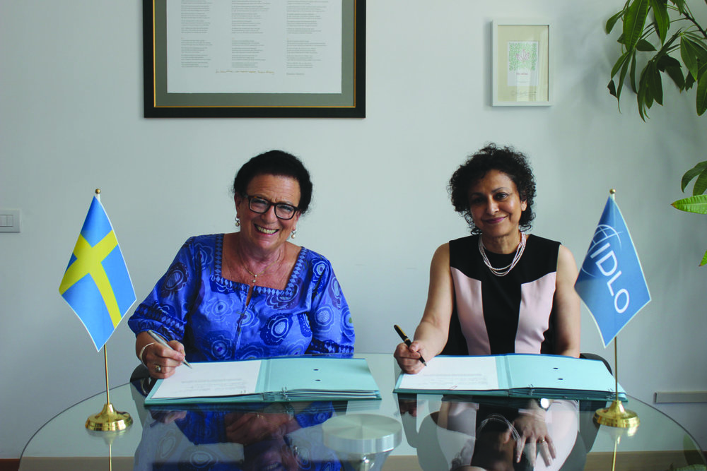 H.E. Ruth Jacoby, Ambassador of Sweden to Italy, with Irene Khan, IDLO Director-General, signing the Sida-IDLO Grant Agreement, June 12, 2015.