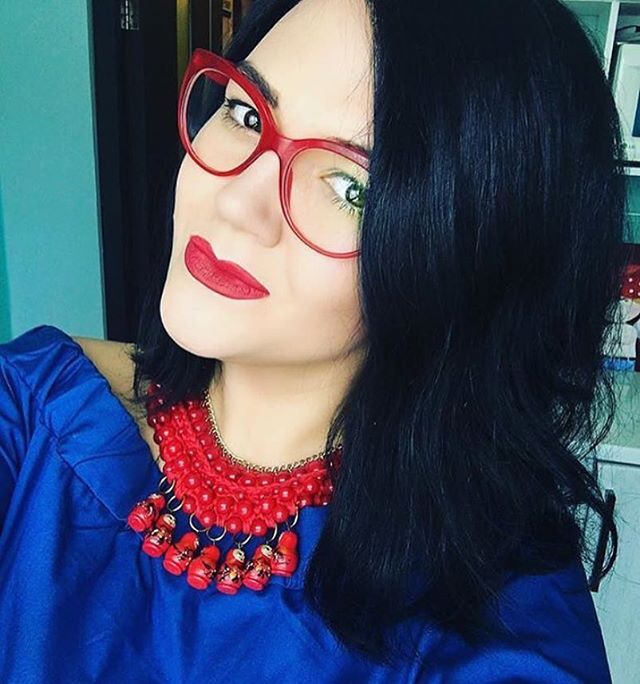 It's all about #redaccents 😍  #vovafruckgirls #statementnecklace #handmade #handmadenecklace #necklaceaddict #fashion