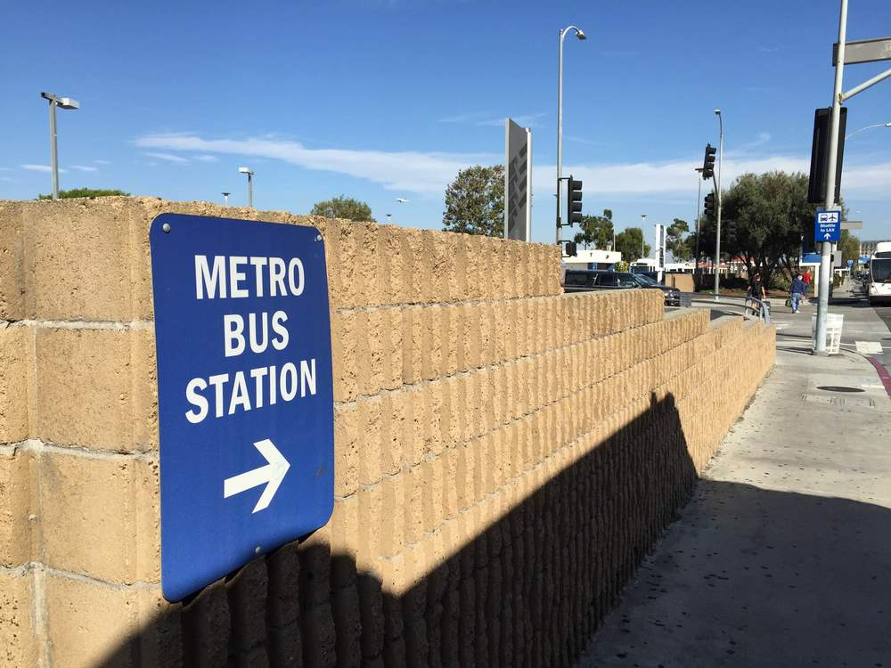 A nice blue sign directing you to the metro station.