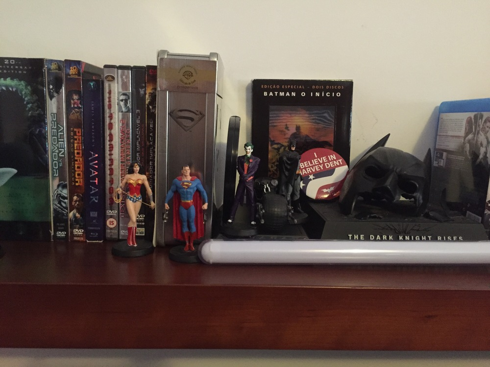 Pormenor de filmes e memorabilia referentes a Batman e Super-Homem do José.
