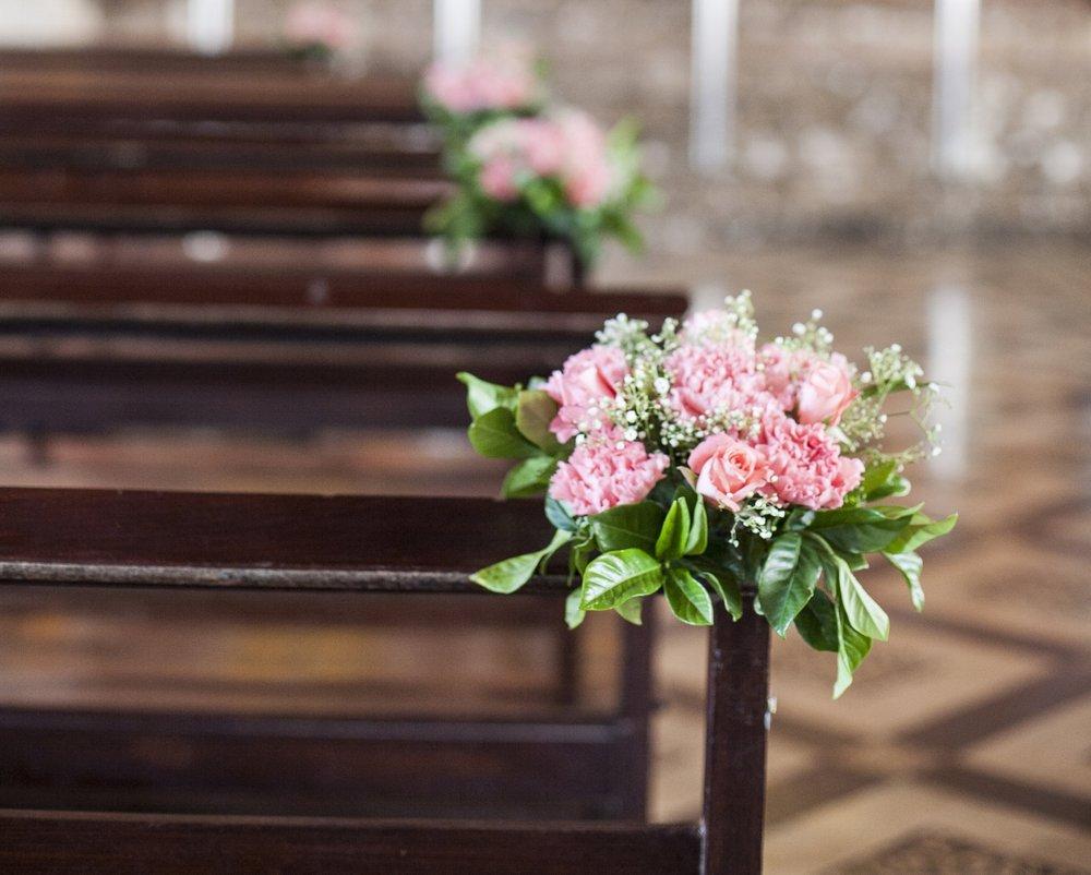 beautiful-flower-wedding-decoration-in-a-church_HwXgmzJd2zl.jpg