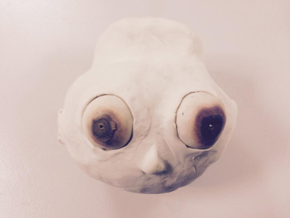 Die beweglichen Augen aus Clay sind mit etwas verbrutzelt im Ofen, aber das sieht wenigstens schön tot aus...happy accident.