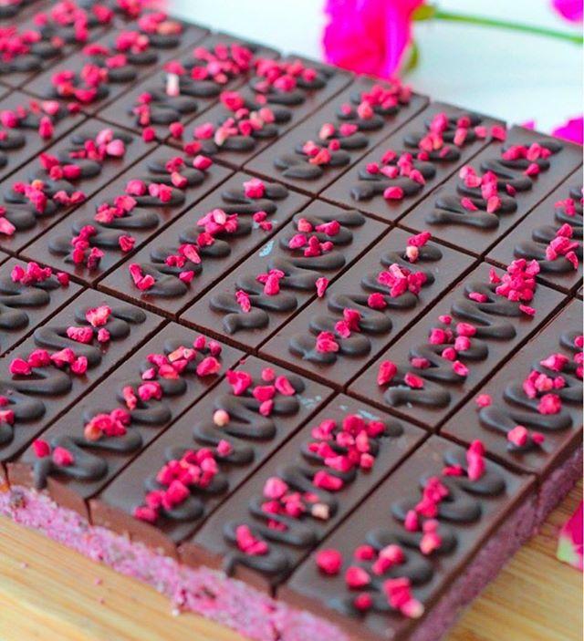 These raspberry brownies barely even need a caption, but here's one anyway!😉😜. Mostly raw, vegan, made without gluten, nuts or refined sugar, and soooooo good!!! Finns såklart att beställa direkt från oss eller till ditt café restaurang, eller nästa företagsfika. Mums!! 😍🙌🏽💕🍫🌱 . . . #raw #rawvegan #rawfood #rawkost #vegan #veganskt #vegansofig #foodporn #gott #fika #halmstad #halland #destinationhalmstad #cafe #träning #nyttigt #bakverk #dessert #brownies #tårta #rawfika #hälsa #glutenfritt #kost #rawnice #thrivemags #emjoyitraw