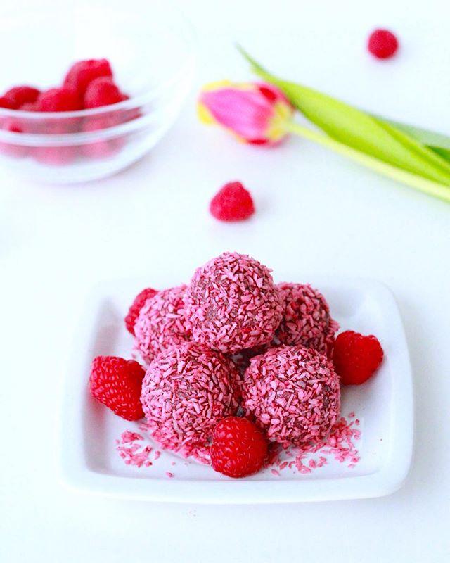 It feels like everything we make is pink these days😅🍓🌷💕. Our popular raspberry balls are not to be missed (and should be eaten in as large quantities as you want, because they're healthy, after all)😉🤷🏼♀️😜🍓🌱. . . .  #raw #rawvegan #rawfood #rawkost #vegan #veganskt #fika #gott #cake #bakverk #tårta #hälsa #glutenfritt #mums #foodporn #veganfoodporn #halmstad #halland #destinationhalmstad #dessert #choklad #mjölkfritt #thrivemags #rawnice #veggo #bakverk @vegomagasinet #vegomagasinet #ekologiskt