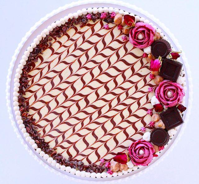 Dark chocolate. Date caramel. White chocolate. Hand made truffles and piped cashew cream flowers.....for a beautiful customer on her wedding. What vegan cake dreams are made of.😍🌸🍰 . . .  #raw #rawfood #rawvegan #veganskt vegankost #vegan #glutenfree #glutenfritt #fika #hälsa #tårta #cake #cakedecorating #nyttigtfika #veggo #thrivemags #rawnice #vegomagasinet #plantbased #foodporn #veganfoodporn #whatveganseat #halmstad #destinationhalmstad #dessert #vegantårta #bakverk #mjölkfritt #bröllopstårta