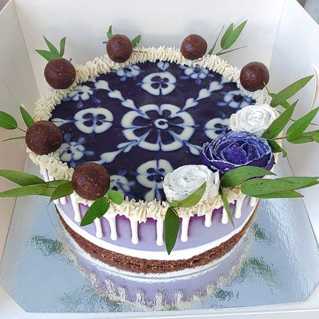 Dark chocolate, organic blueberry, and vanilla...a winning combination if you ask me! And being vegan, free from refined sugars, and made without gluten doesn't hurt, either😉. . . . #raw #rawfood #rawvegan #veganskt vegankost #vegan #glutenfree #glutenfritt #fika #hälsa #tårta #cake #bröllop #cakedecorating #nyttigtfika #veggo #thrivemags #rawnice #vegomagasinet #plantbased #foodporn #veganfoodporn #whatveganseat #halmstad #destinationhalmstad #dessert #vegantårta #bakverk #mjölkfritt #bröllopstårta