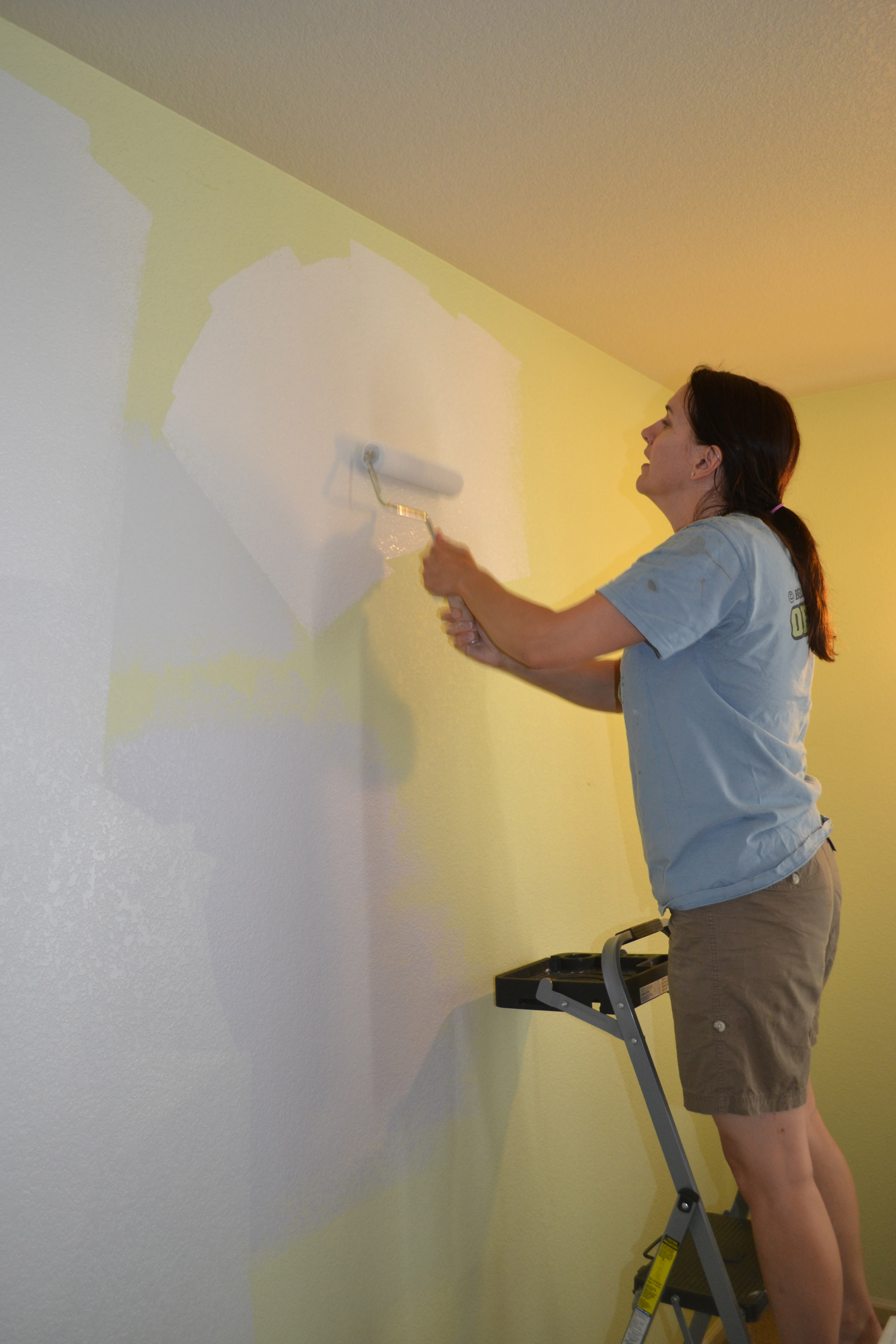 Jennifer paints the walls gray with Benjamin Moore Moonshine