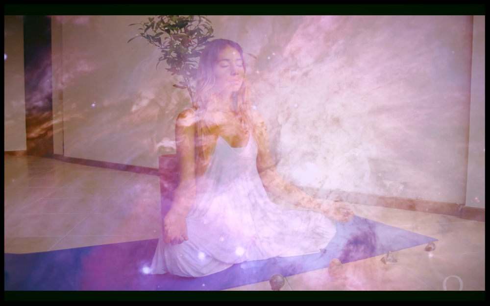 Meditación con Visualización - Donde imaginas que vives en un viaje o te encuentras con tu guía espiritual. Uno de mis favoritos es practicar la ley de la atracción con visualización donde visualizas lo que quieres atraer y luego SIENTES como si ya lo tuvieras. Esto sintoniza tus pensamientos a la frecuencia correcta de tus deseos terminando con el auto sabotaje.