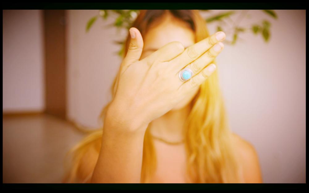 Meditación Budista / Kundalini  - En esta práctica combino dos técnicas de diferentes antecedentes pero el mismo principio. En la mediación budista se supone que debes concentrarte en tu respiración y observar la inhalación y exhalación de tu aliento. Esto está mejor dicho que hecho. El enfoque puede ser el mayor desafío en la meditación y enfocarse en la respiración es muy difícil. Creé una forma de respirar más natural y brindar más atención calmante a mi aliento.Utilizo la técnica de Kundalini de alternancia de la respiración de la ventana nasal. Nadi Sodhan por equilibrar mis patrones de respiración, energías masculinas / femeninas, y para facilitar el conocimiento de mi respiración.Consiste en usar los dedos pulgar e índice de la mano derecha, hacer una