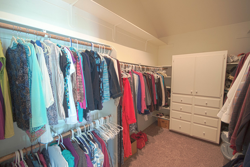 17 master closet.jpg