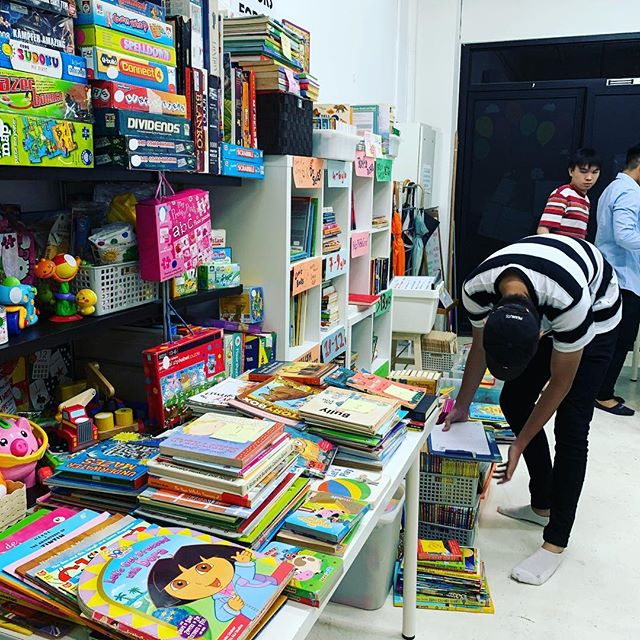 JUMBLE SALE:  After Dark! Tomorrow, January 9, 7PM to 9PM.  Brand new and like new children's items, home goods, stationery and an assortment of products starting from $1! 100% of 💰 raised will support our work in local communities.  Join us tomorrow - address on our bio 🤗😍🎉 #eventsinsg #shopping #charity