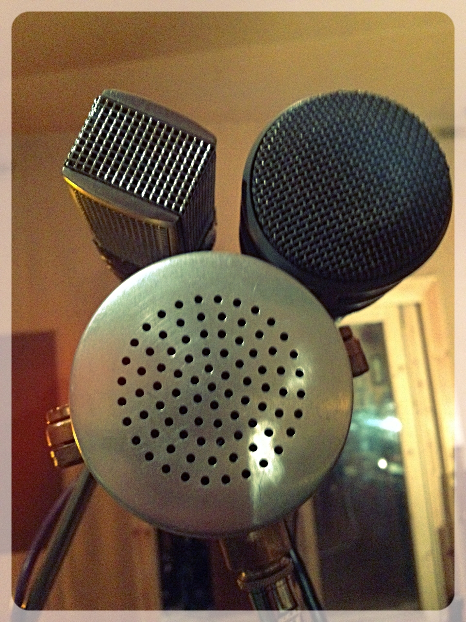 "Going for the blend!    ""Sennheiser 441 + Electrovox RE20 + Wasaphone MKII = killer 50's vocal sound.""    Photo/quote courtesy of  Soup Studio"