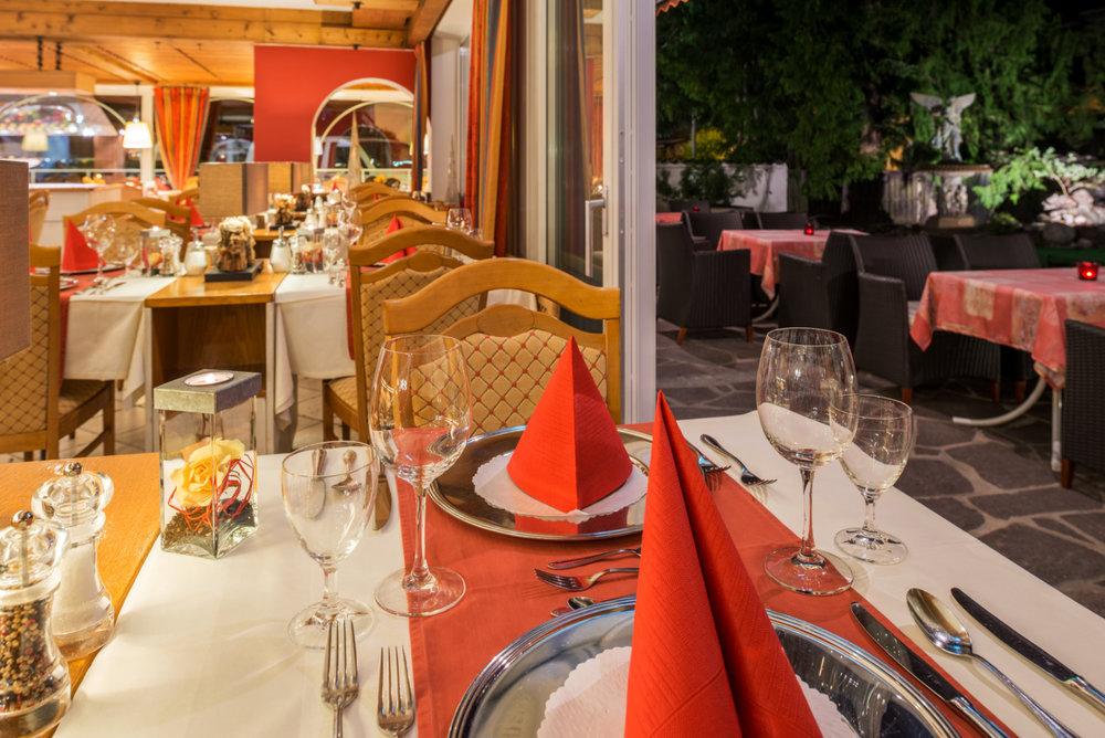 Restaurant abends mit Terrasse.jpg