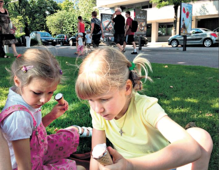 Ilaria, 7 ans, et Taïssia, 5 ans, ont profité du long trajet Moscou-Lausanne pour répéter un peu de français. «Bonnejour», disent-elles.  Vevey, 6 juillet 2013.   © c.lovey
