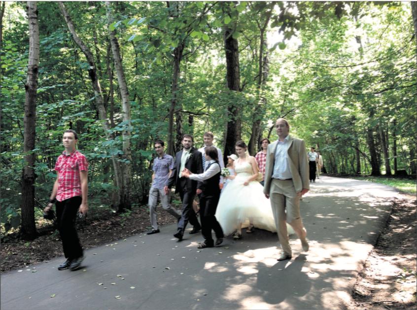 Le jardin botanique est le spectacle d'incessants défilés de jeunes mariés. 14 juillet 2013.       © c.lovey