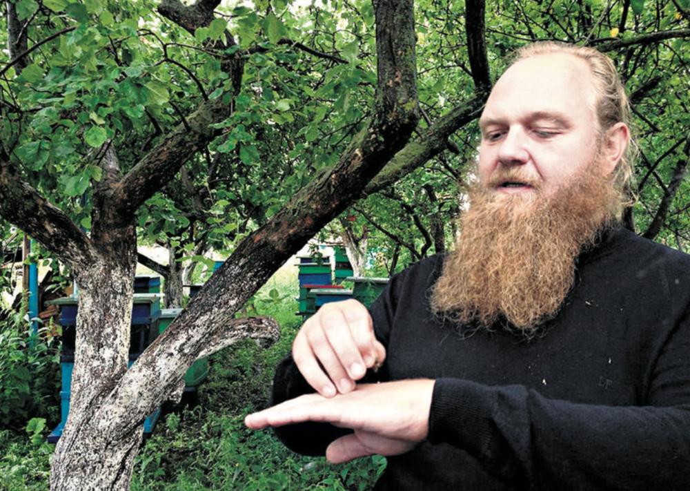 Le Père Guennadi affirme que les abeilles sont l'un des bienfaits de l'humanité.  27 juillet 2013.  © c.lovey