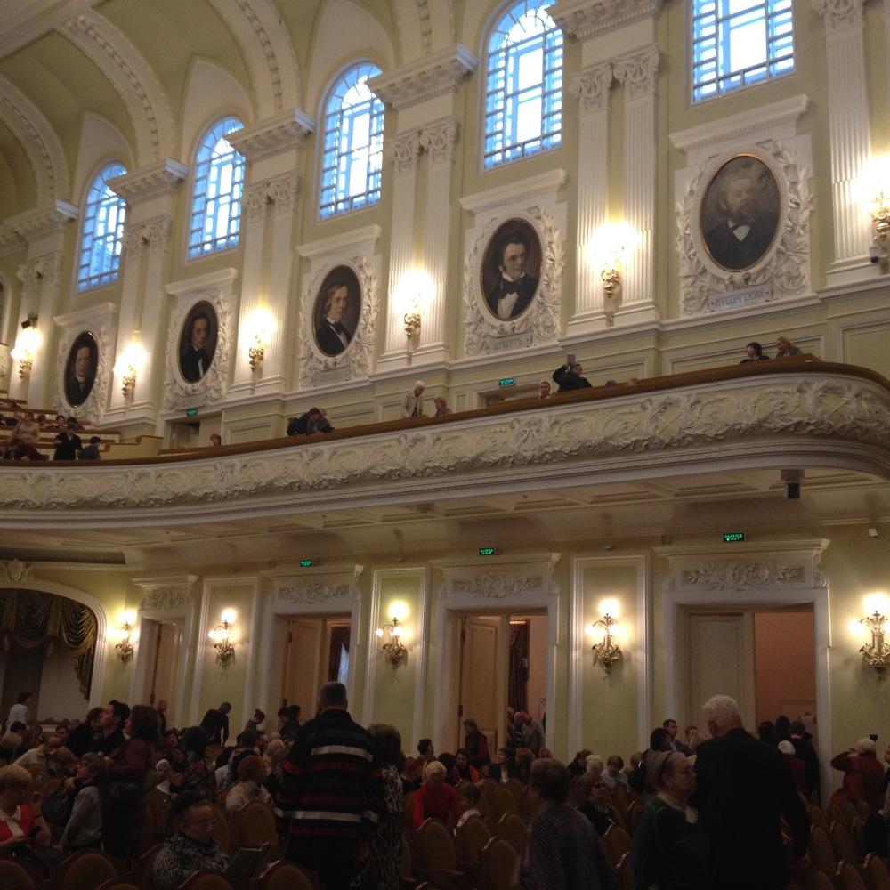 Dans l'une des superbes salles du conservatoire de Moscou, pour un concert d'instruments traditionnels, notamment balalaïka et domra.                               © c.lovey