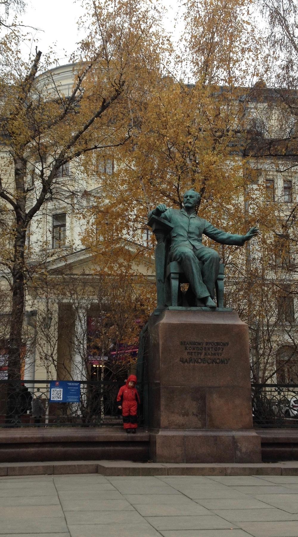 La statue de Piotr Tchaïkovski devant le Conservatoire d'état de Moscou. © c.lovey