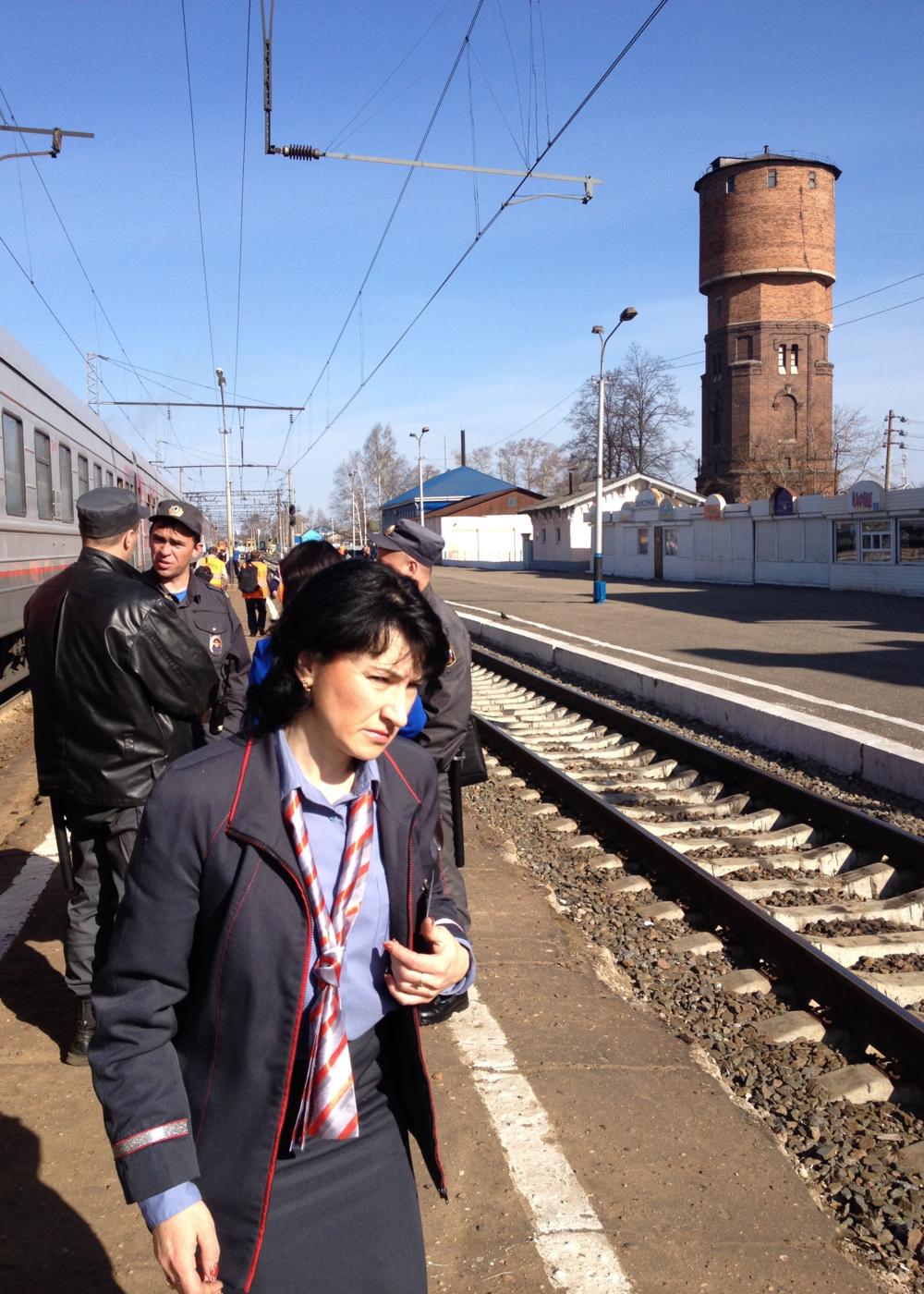 """Scène courante lors d'un arrêt du train. Tout le monde prend l'air, y compris les  """"provadnitsas ."""" Chacune est responsable de tout ce qui se passe dans son wagon. © c.lovey"""