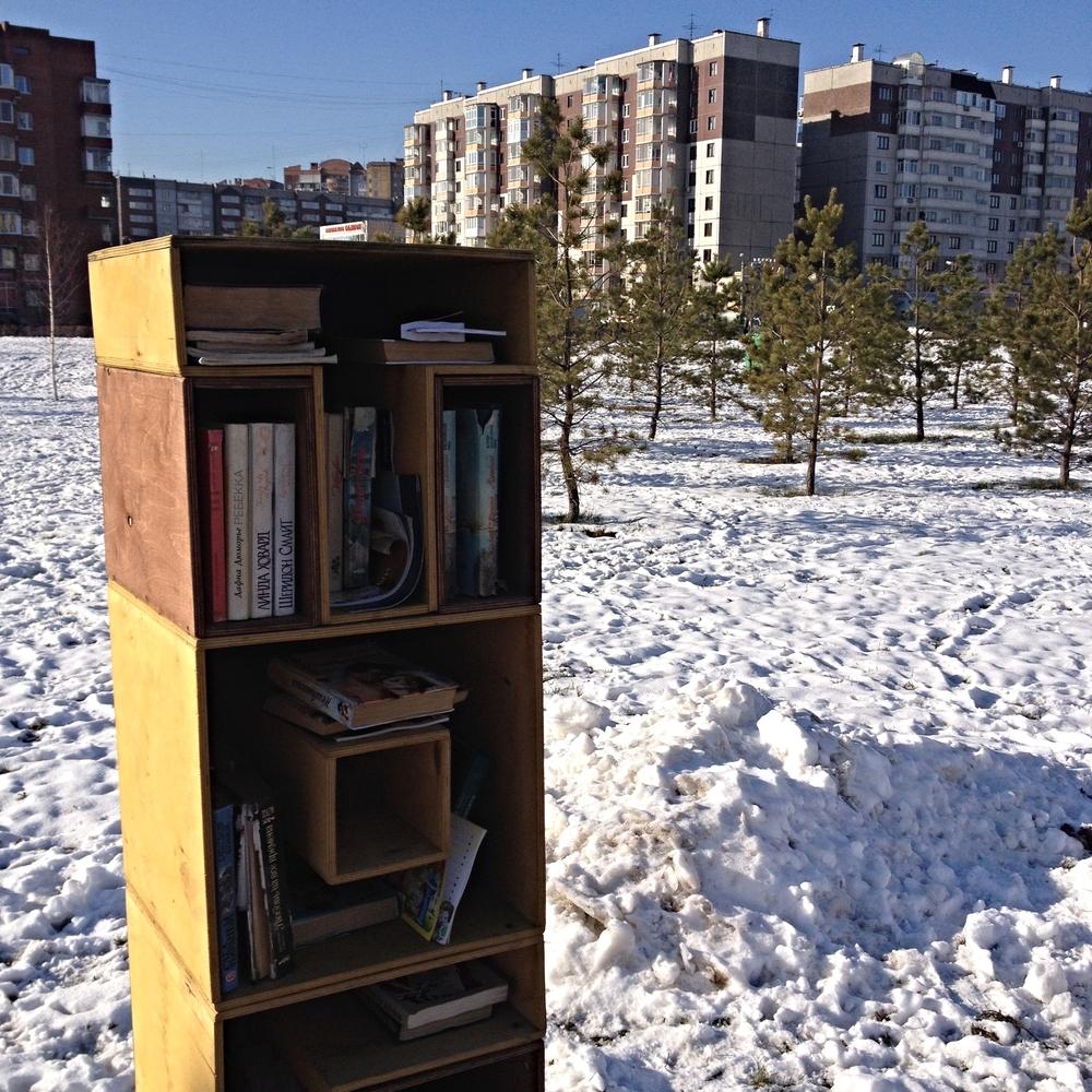 Tout près du centre où se tient le salon, une simple boîte en plein air pour échanger des livres.