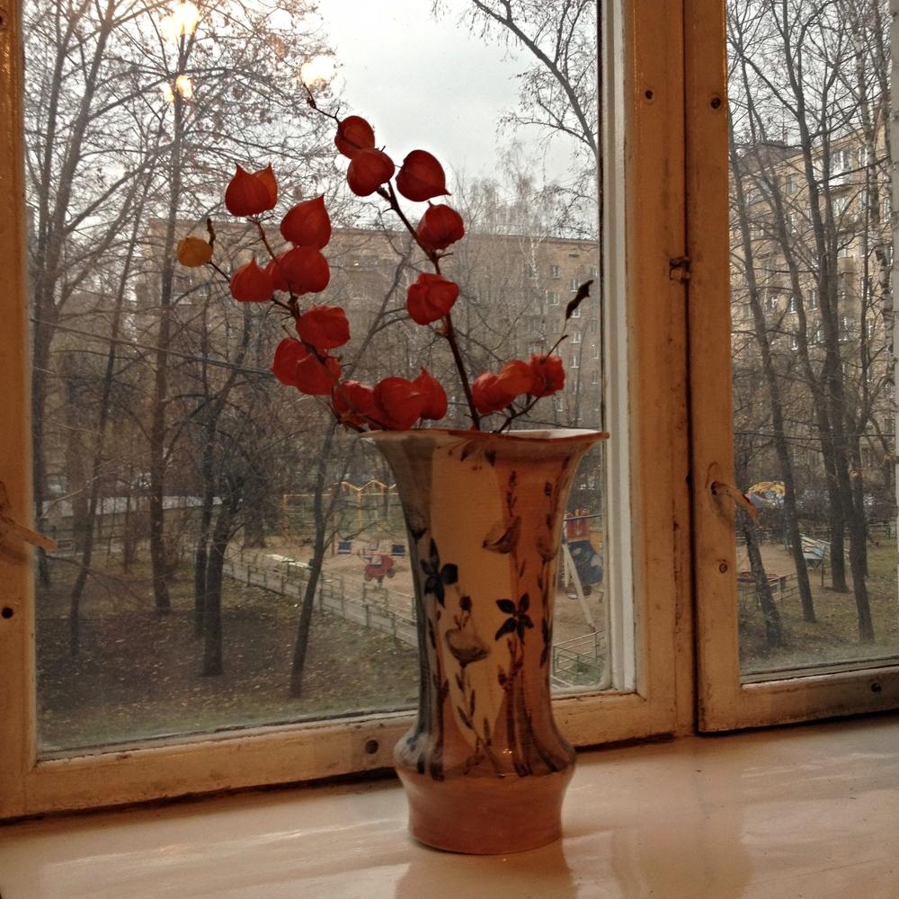 De la fenêtre de ma chambre moscovite, sans aucune vue sur les affaires éparses qu'il me va falloir coincer, d'une façon ou d'une autre, dans ma trop petite valise... © c.lovey