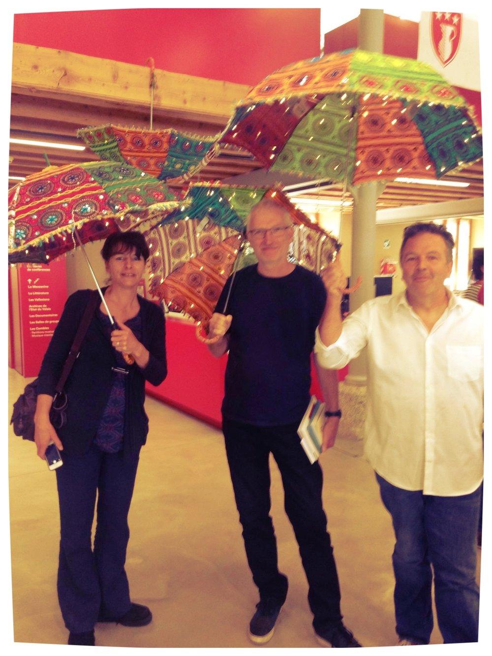 Sous les ombrelles, des écrivains... [cliquer sur la photo pour lire la légende]