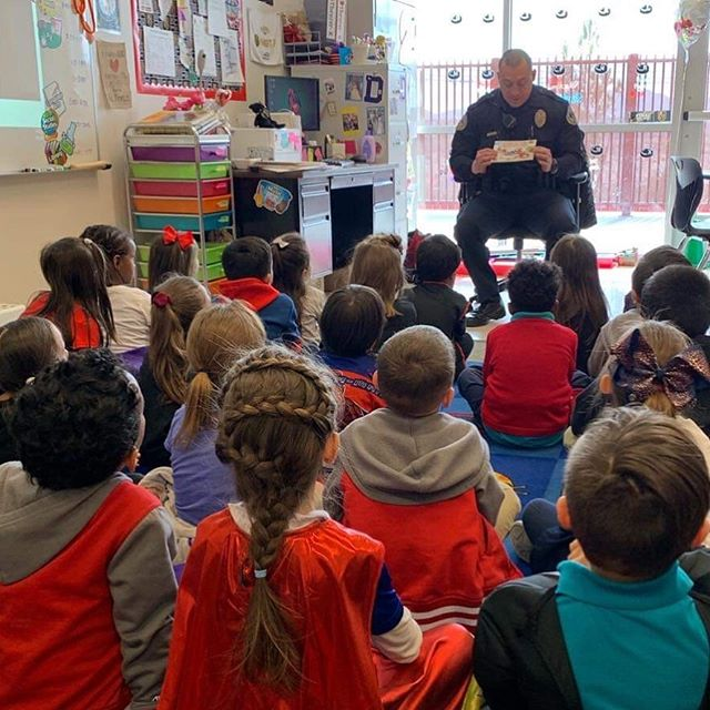Doral Academy students enjoyed a special reading time with this Henderson Police Officer! 📚👧🏻👦🏽👮‍♂️💙 #HPD #Police #HumanizeTheBadge #StorytimeWithACop #CommunityHero