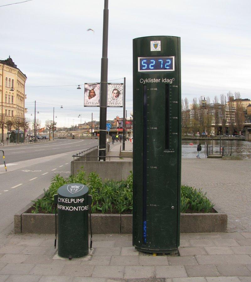 P.S. А маленькая тумба справа – это насосная станция для велосипедов.