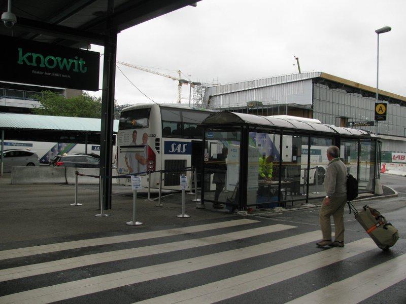 Первый шаг за двери аэропорта –и вот она остановка!