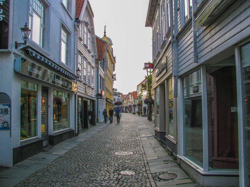 Вечер, все магазины закрыты и туристы разбежались по теплоходам – прекрасная возможность увидеть город как он есть.