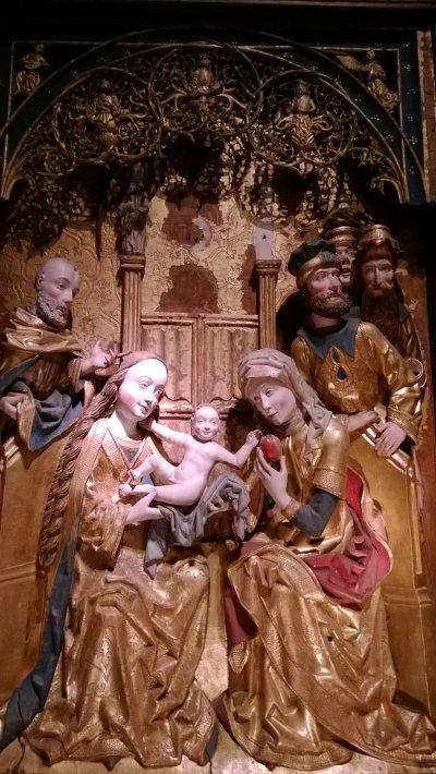 Слева Мария и Иосиф, а справа –св.Анна с яблоком и... тремя мужьям