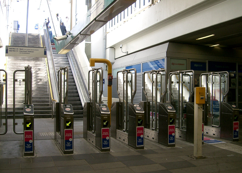 Типичный вход в метро. Источник: 9*