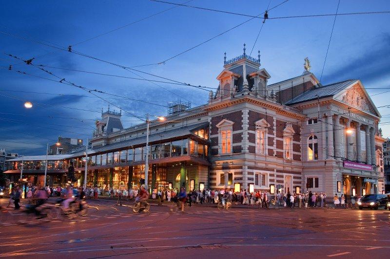 Так выглядит Консертгебау сегодня, с современной стеклянной пристройкой-рестораном. Источник:http://www.concertgebouw.nl/en/press